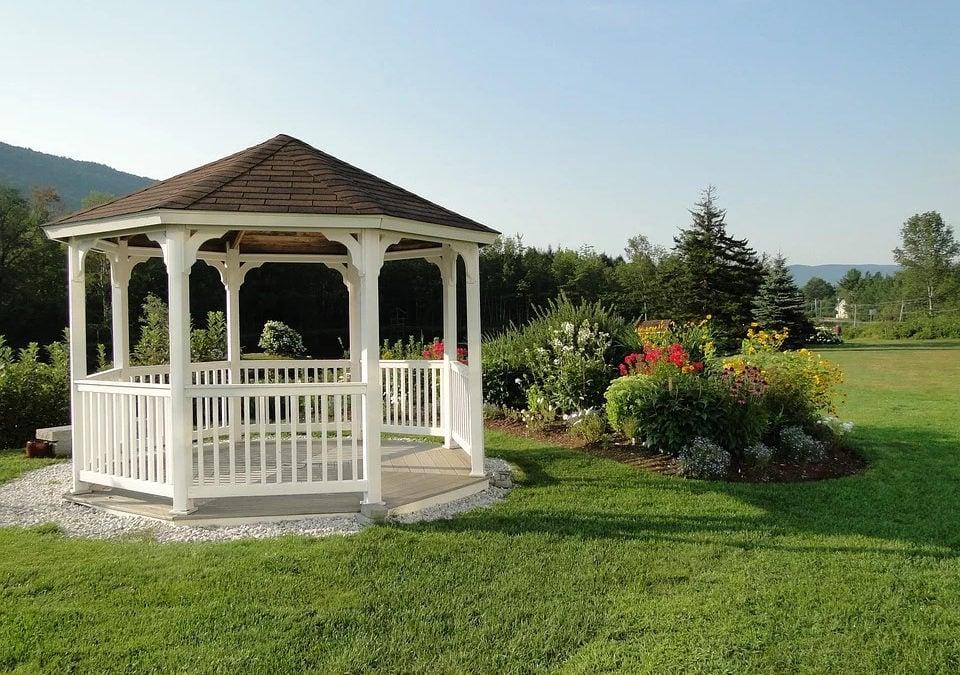 Qué considerar antes de construir una glorieta en el patio trasero